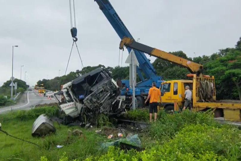 影/砂石車下國3號竹南交流道直撞分隔島 車頭毀人輕傷