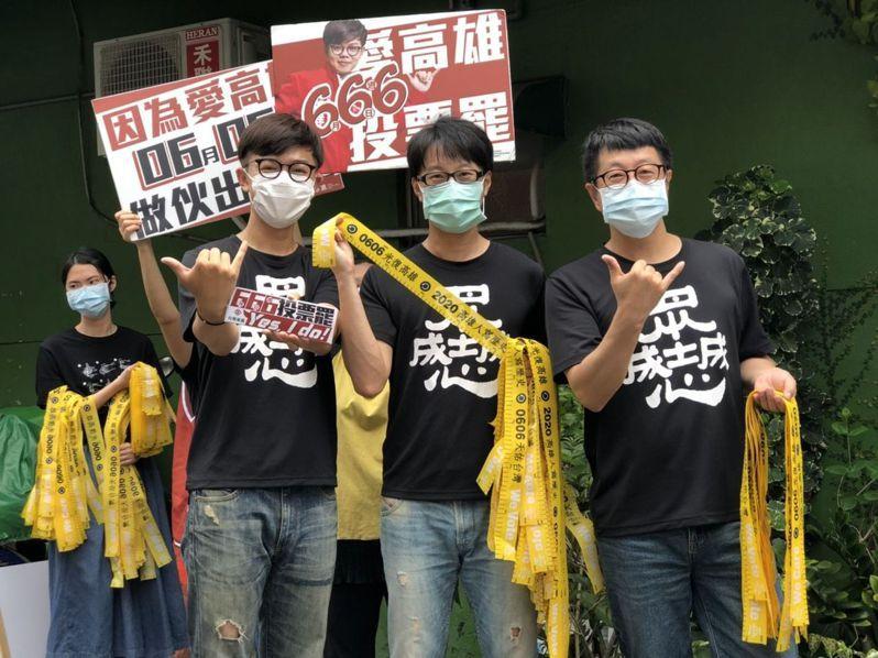 民進黨立委提案修法,打算讓罷免團體未來可以收受政治獻金。圖為罷韓團體在高雄發黃絲帶。圖/聯合報系資料照片