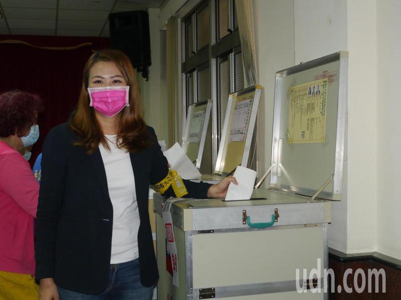 高市民進黨議員高閔琳參選高市黨部主委,今早在岡山壽天宮投票。記者徐白櫻/攝影
