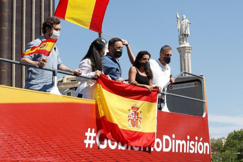 民聲黨領導人阿巴斯卡爾(中)戴著口罩站在露天巴士上領導這場示威運動。歐新社