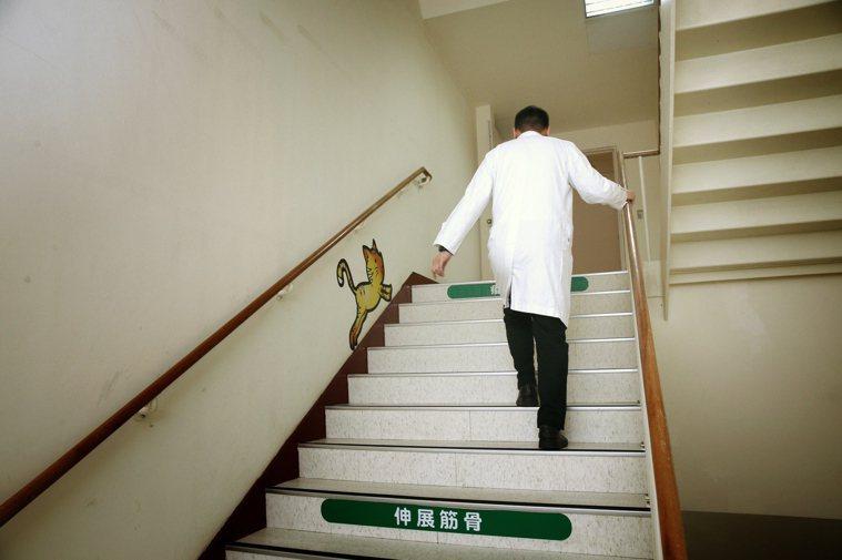 病人上網找資料很好,但不要拿網路新聞、訊息來考醫師。本報資料照片
