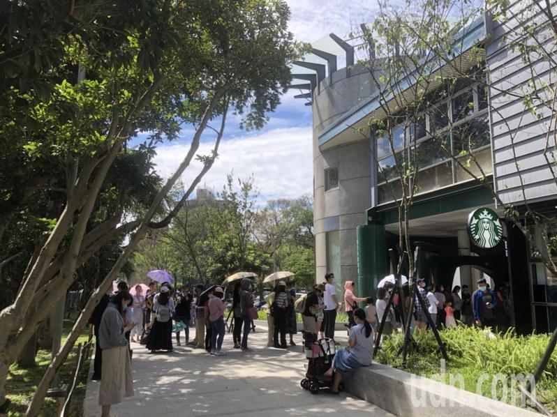 連鎖咖啡星巴克看準新竹公園與動物園的遊憩商機,經市府將原遊客中心改建後進駐,於今天開幕,吸引民眾朝聖。記者王駿杰/攝影