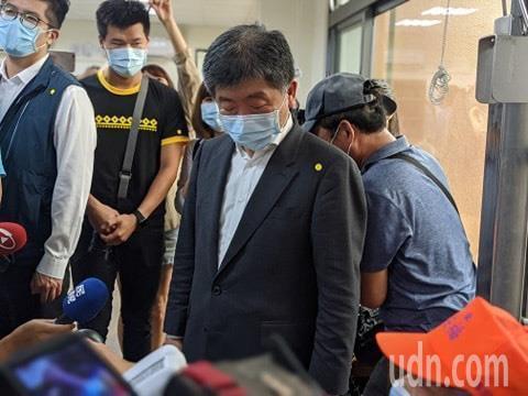 衛福部長陳時中前往鵝鑾鼻日照中心關心長者。記者陳弘逸/攝影