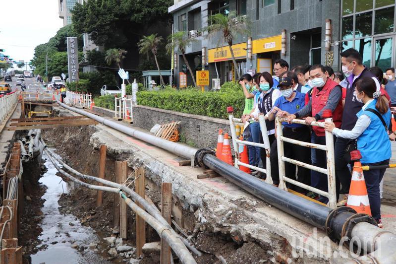 新北市長侯友宜今上午前往淡水視察防汛工程。記者吳亮賢/攝影