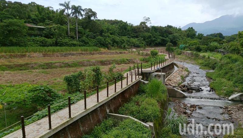 忠寮大王廟旁鋪造了長334公尺的親水步道,成為戶外休憩祕境。記者吳亮賢 / 攝影