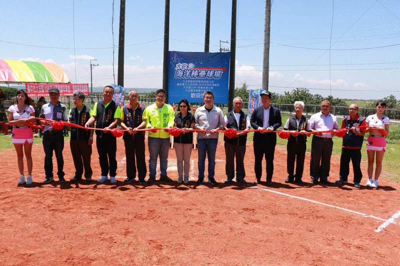 台中大安第一座棒壘球場今天啟用。圖/蔡其昌辦公室提供