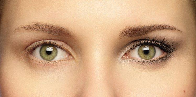 極濃翹睫毛膏成份裡有蜂蠟、棉花萃取物和維他命原B5三種強化睫毛活性的養護配方。圖...