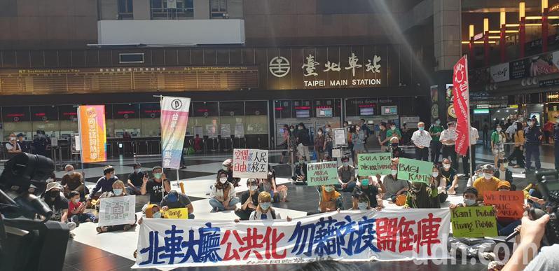 台灣國際勞工協會今下午召開記者會,呼籲「北車大廳公共化」,政府勿藉防疫開倒車,拒絕接受北車開倒車的作為。記者陳宛茜/攝影