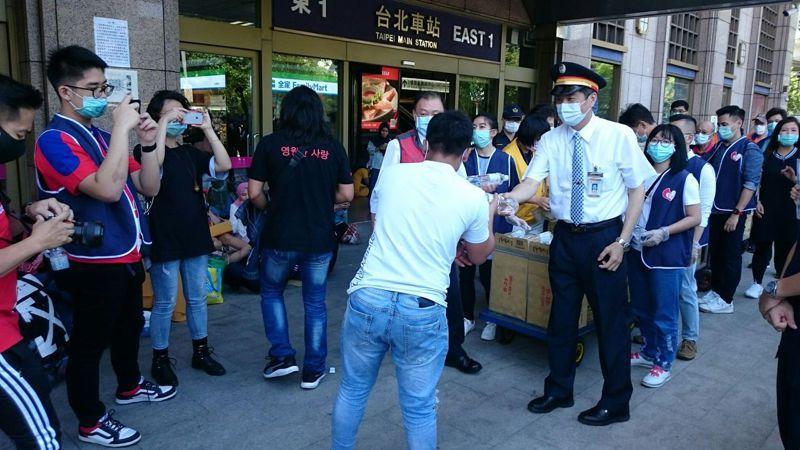 台北站員工提供到北車聚集的移工礦泉水,祝福他們開齋節快樂,感謝他們高度的自制力及配合度。圖/台鐵局提供