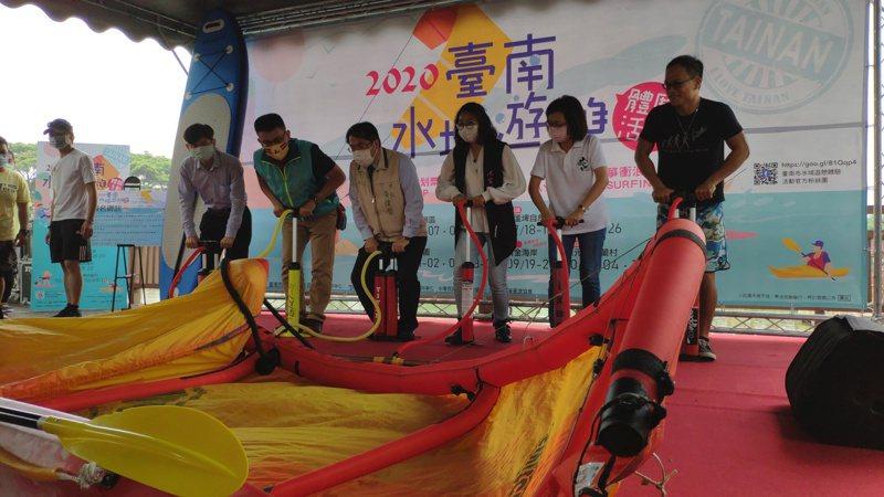 一行人用力示範為充氣風箏打氣。記者謝進盛/攝影