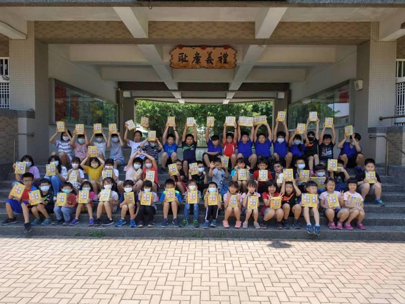 雲林麥寮興華國小採購了60本字典,發給全校學生每人1本,教導孩子熟記注音符號,學習如何翻閱字典查字。圖/麥寮興華國小提供