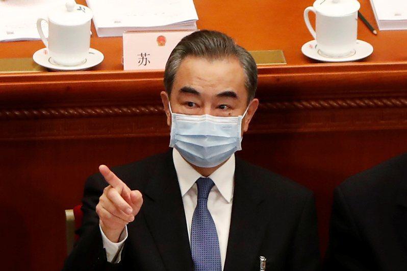 王毅24日對中美關係接受記者提問,圖為他22日出席中國人大兩會開幕式畫面。路透