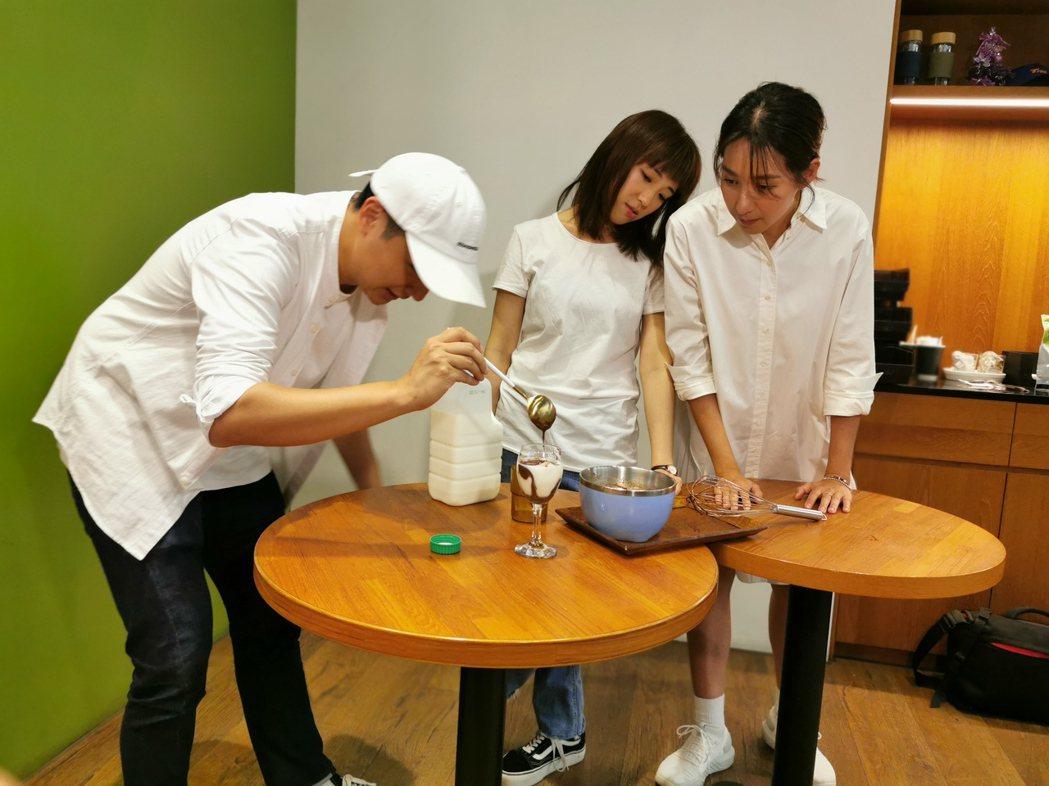 曾子余(左起)、楊晴、梁舒涵挑戰做400次咖啡。圖/TVBS提供