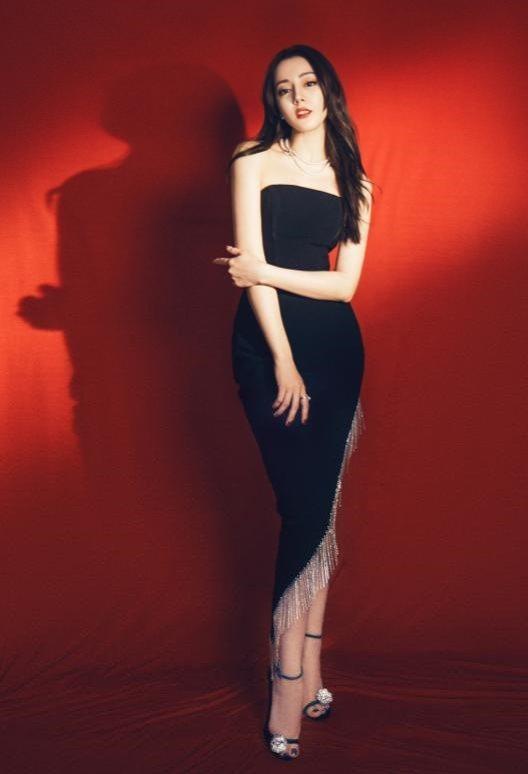 大陸女星迪麗熱巴用PHOEBE NUIT黑色細高跟鞋搭配高衩水晶流蘇禮服,展現性...