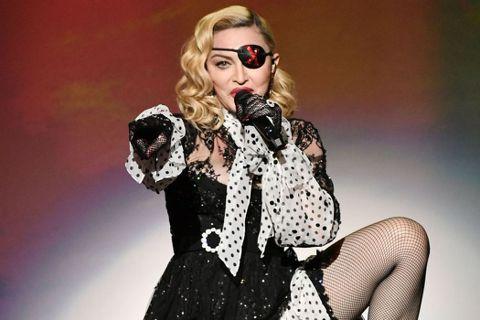瑪丹娜(Madonna)月初發文表示自己在巴黎巡演時染上新冠肺炎,同台的舞者也染病,所幸大家已康復。作風大膽不羈的她,今天在IG貼出上半身露點照片,雖然有穿著膚色胸罩,但布料薄到像是沒穿一樣,完全遮...