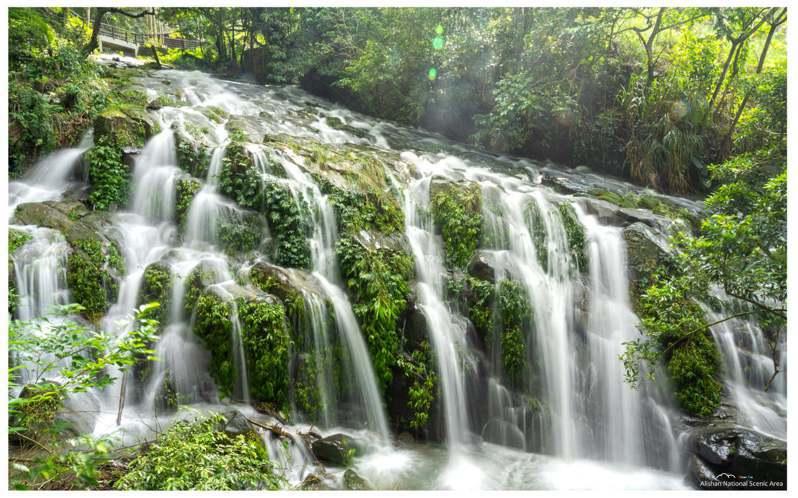 嘉義縣梅山鄉太興村的阿葉溪瀑布有「台版九寨溝」之稱,因連日大雨日前現身,民眾可走太興飛瀑步道前往。此為去年景觀。圖/讀者提供