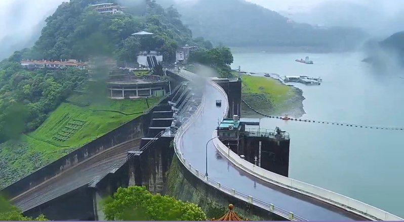 石門水庫這波鋒面、梅雨進帳3080萬噸源水,圖為23日大雨時壩頂即時影像。圖/桃園市觀光旅遊局即時畫面