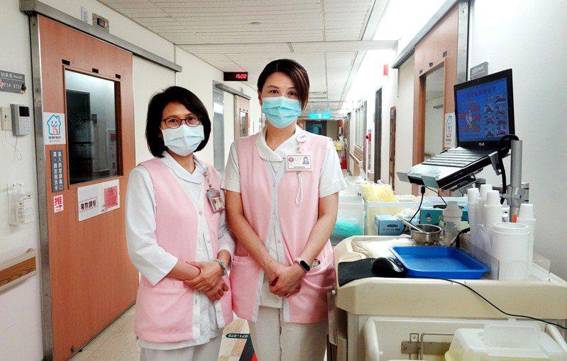 三總新冠肺炎隔離病房護理師邱春榕(右)、賴佩伶(左),一百多天的防疫甘苦談。記者林俊良/攝影