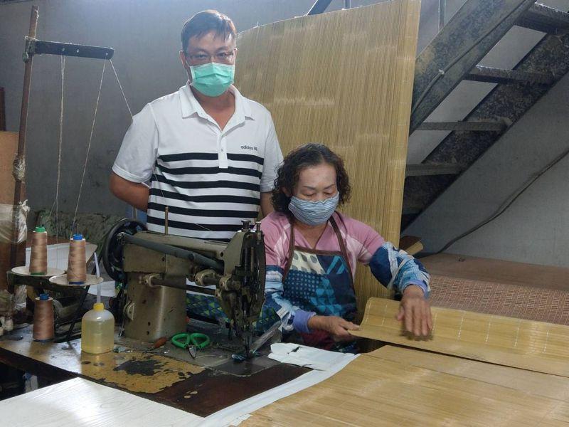 高雄市彌陀區僅剩金信昌草蓆工廠還在做涼蓆,總經理陳勇志和媽媽兩代一同經營。記者謝梅芬/攝影
