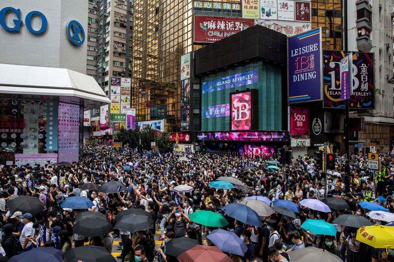 香港示威者24日抗議港版國安法。(法新社)