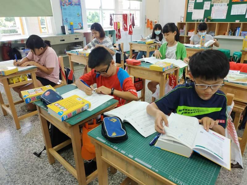 雲林麥寮鄉興華國小發給全校學生每人一本字典,學生遇到問題馬上翻字典找答案。圖/興華國小提供