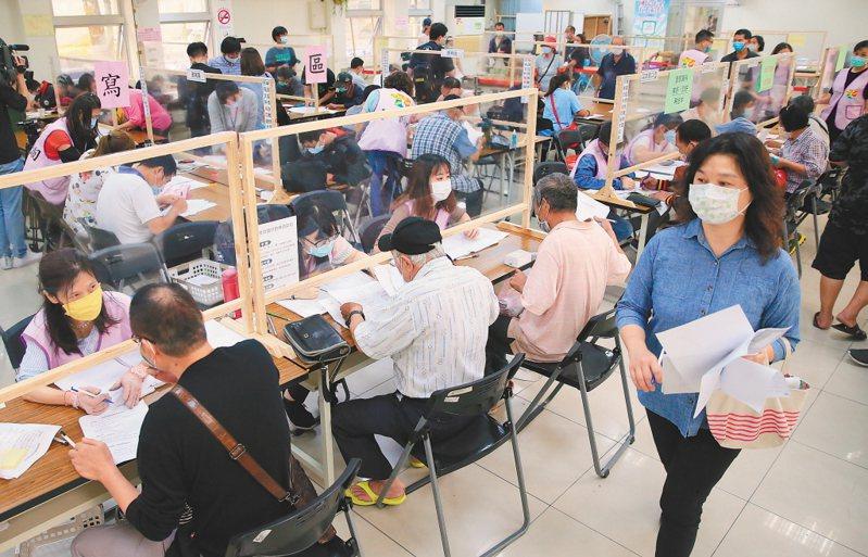 行政院擴大紓困方案,申請人潮爆滿。圖/聯合報系資料照片