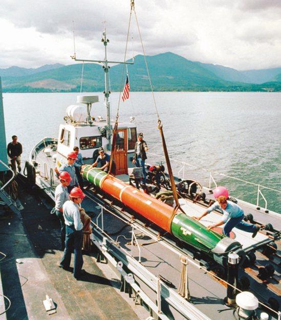美國宣布售台18枚MK-48重型魚雷及相關設備與技術。圖為美國海軍吊掛MK-48魚雷。圖/美國海軍檔案照片