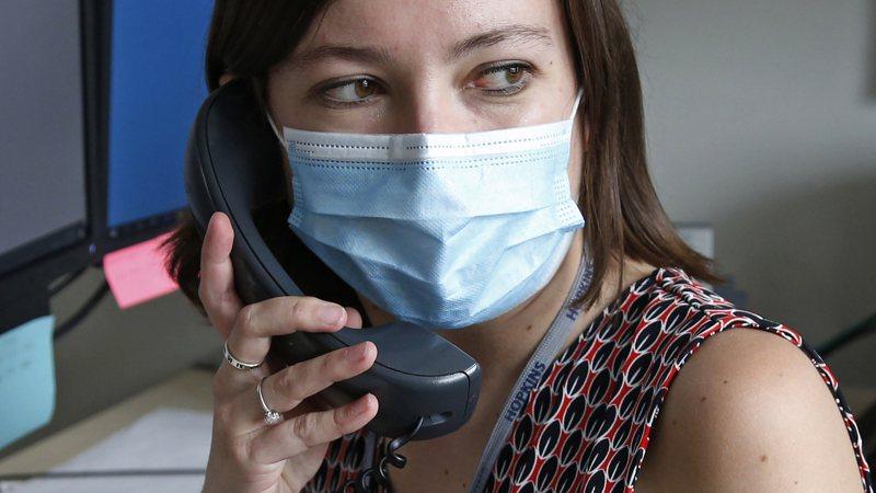 美國衛生調查員布雷平時負責追蹤性傳染病患者的接觸者,但現在他是猶他州鹽湖郡衛生部門130名成員之一,負責追蹤新冠肺炎確診者接觸史。美聯社