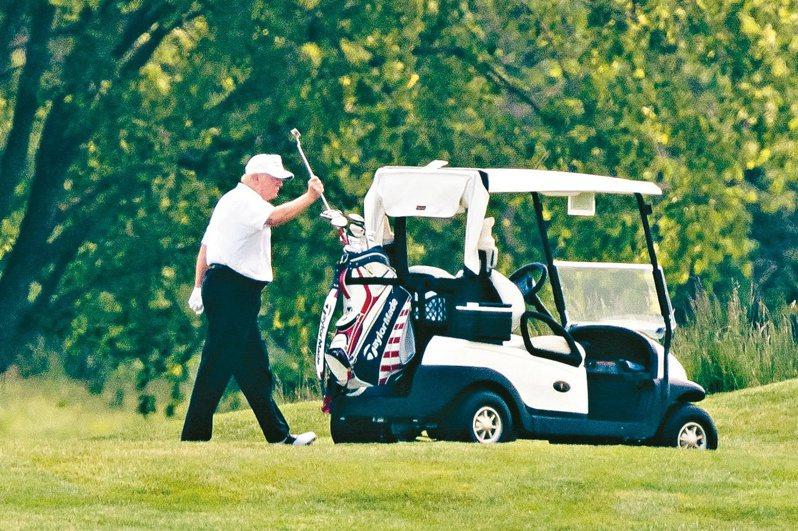 美國總統川普廿三日在維州史特林的川普國家高球俱樂部打球,這是他自美國執行防疫封鎖措施以來首度外出打小白球。(歐新社)
