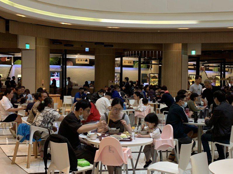 隨著疫情趨緩,百貨人潮逐漸回籠,圖為中壢大江購物中心。圖/中壢大江購物中心提供