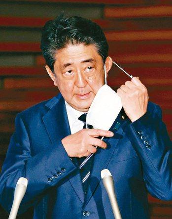 日本政府將在廿五日全面解除境內「緊急事態宣言」。圖為日本首相安倍晉三廿一日在官邸...