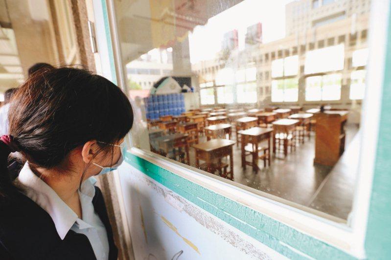 圖為參加國中會考的考生透過窗戶查看試場座位,非新聞當事人。 圖/聯合報系資料照片