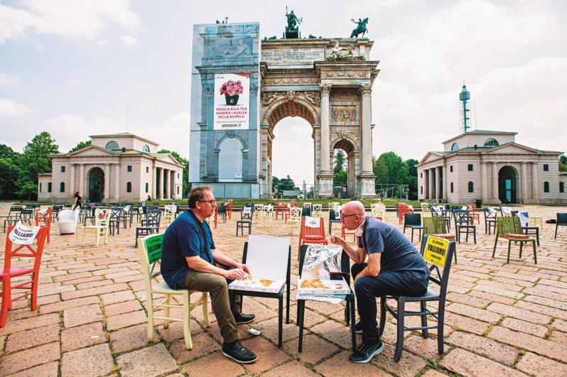義大利多家批薩店的老板用文藝抗議法,希望解除禁令讓人們能上門消費 法新社