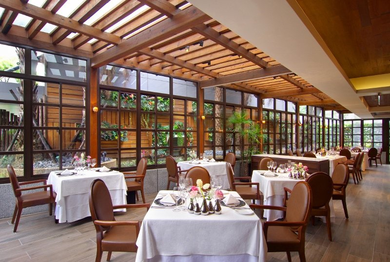 PRIME ONE牛排館的採光與綠意絕佳,形塑出優雅的氣氛。 台北花園大酒店