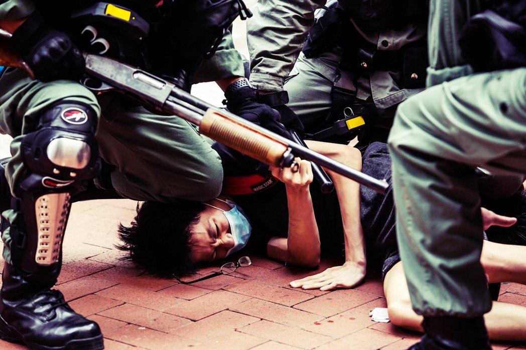香港民眾24日再度走上街頭,糾集數千人發動首波「反惡法抗爭」——抗爭者與港警在銅...