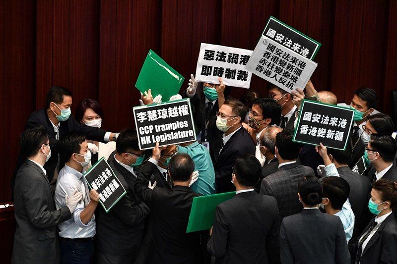 圖為5月22日的香港立法會內務會議,泛民主派議員抗議「港版國安法」。 圖/法新社