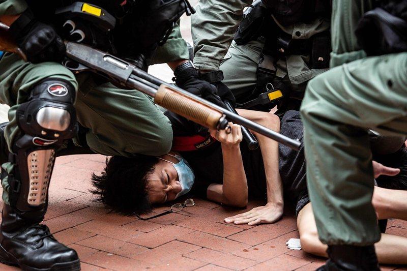 香港民眾上街抗議「港版國安法」,遭警方壓制,攝於5月24日。 圖/法新社