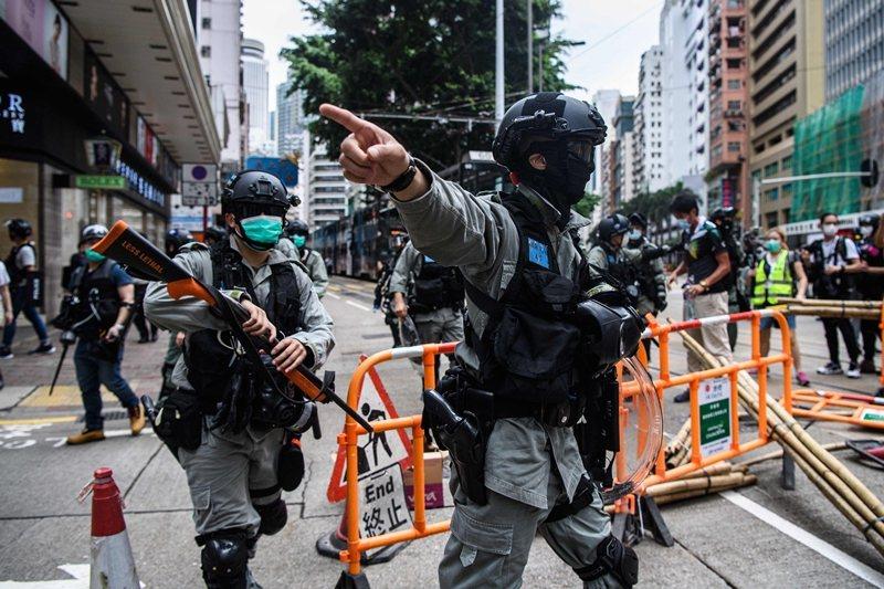 香港民眾上街抗議「港版國安法」,港府派出防暴警察壓制,攝於5月24日。 圖/法新社