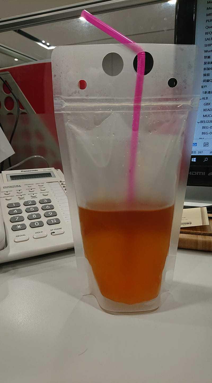 特殊的飲料杯包裝容易讓人誤會。圖/取自臉書