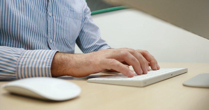 原PO表示自己使用蘋果電腦查詢沙發資訊後,手機竟跳出相關廣告,令他震驚。圖片來源/ingimage