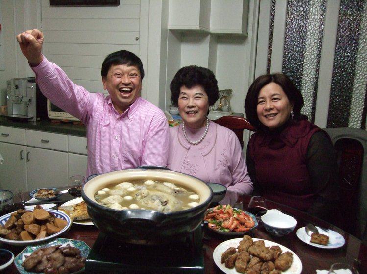 陳怡蓁(右起)與母親和先生合影。 圖/陳怡蓁提供