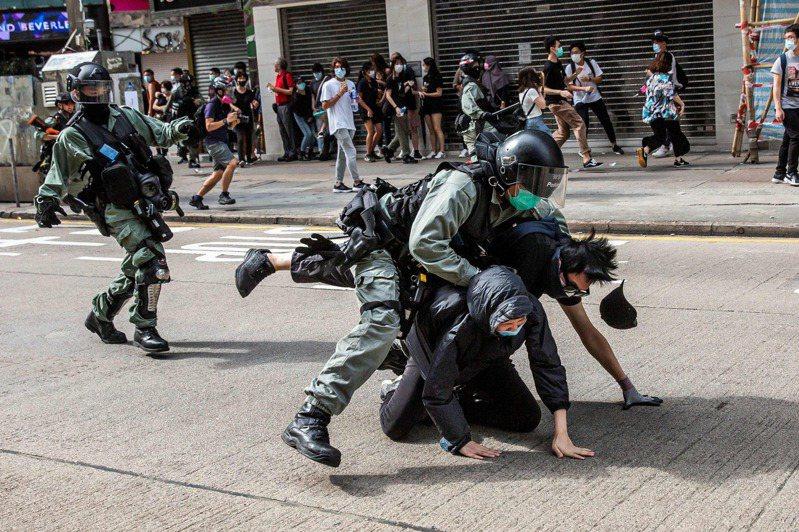 香港警方壓制逮捕兩名抗議者。(法新社)