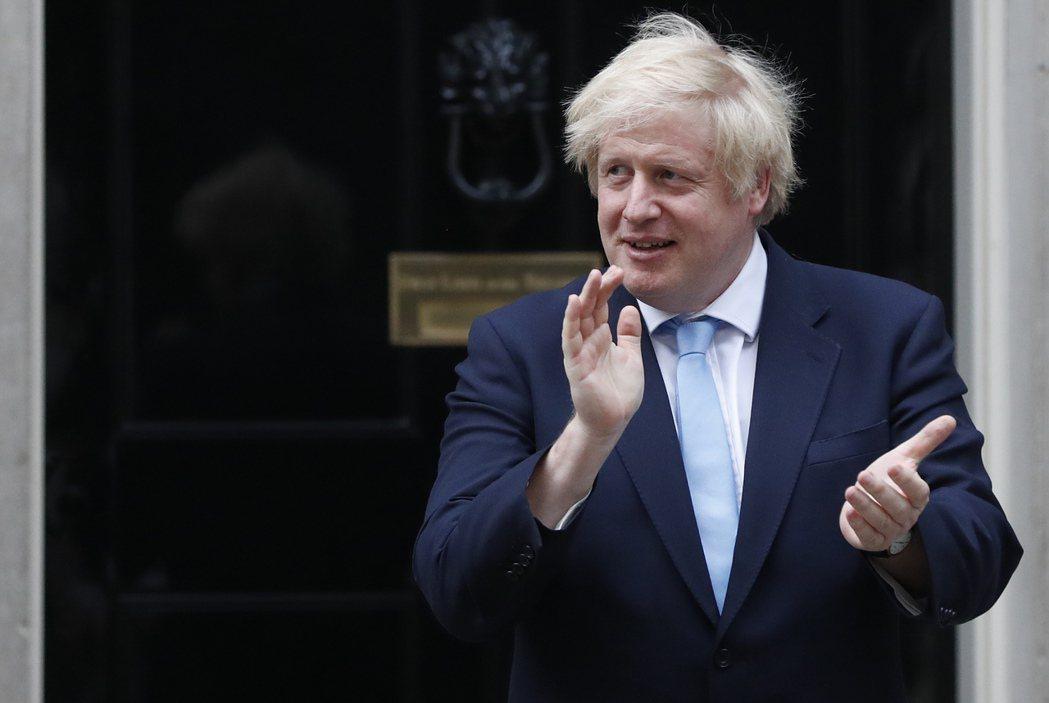 英國首相強生起初防疫漫無計畫,連他自己都染疫,支持率卻急遽上升。(美聯社)