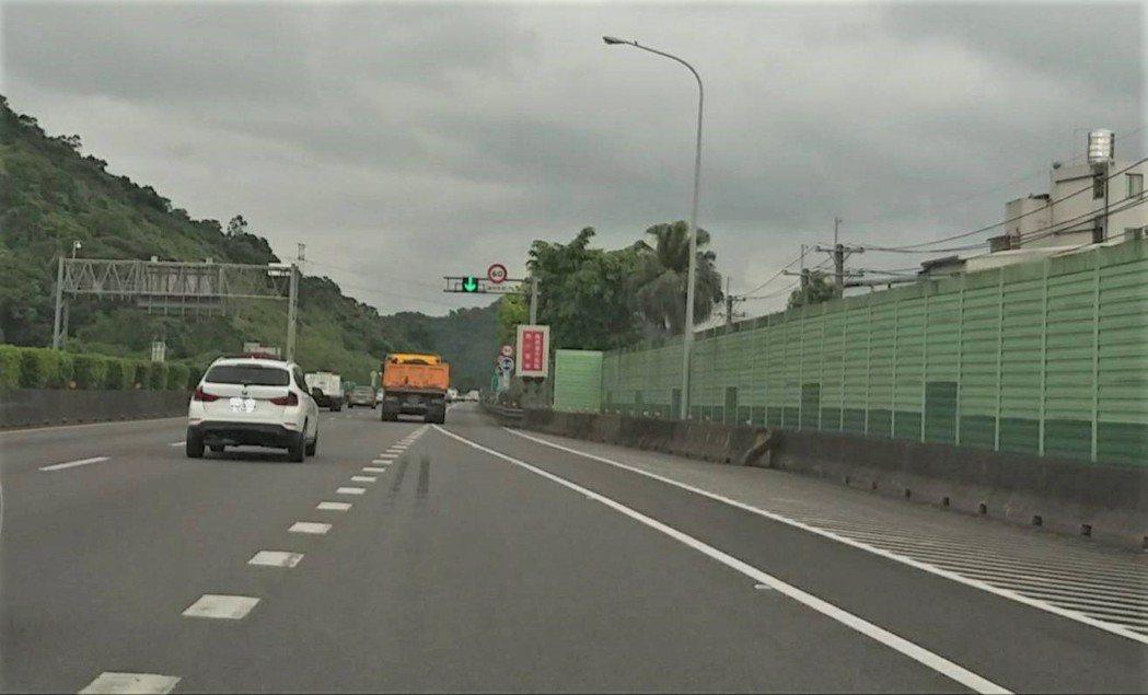 賴男駕車通過中山高汐止地磅後,由外側車道直行駛入路肩未打方向燈,收到3千元紅單。...