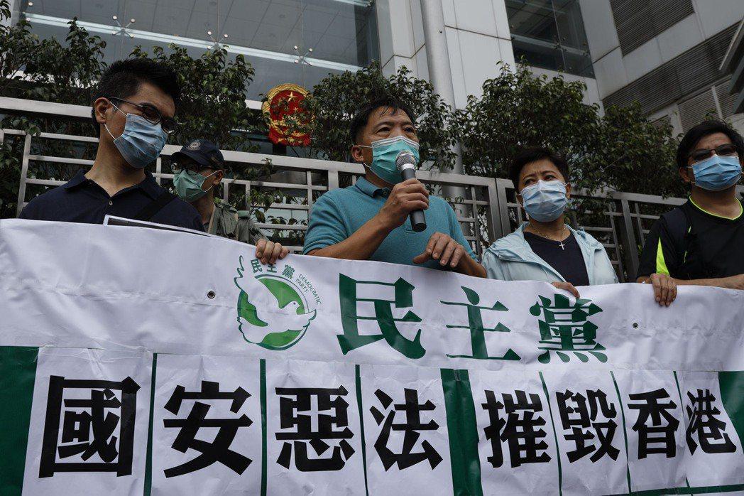 路透分析指出,美國總統川普的顧問們在中國議題上立場逐漸靠攏,轉為強硬。圖為香港民...