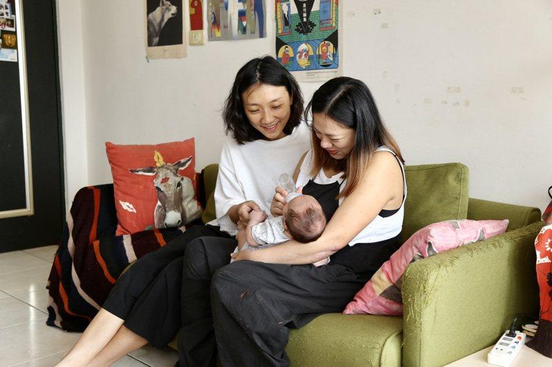 City(左)與小雨(右)是台灣第一批登記結婚的女同伴侶,靠著「A卵B懷」的方式,由City提供的卵子進行人工生殖,將胚胎植入小雨的子宮裡孕育,今年4月誕下一名女嬰。 記者魏莨伊/攝影