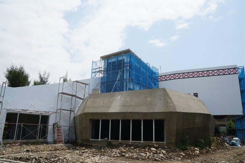 新竹縣原住民族教育推廣中心自去年1月開工後,目前進度86.27%,預計年底完工。圖/新竹縣政府提供