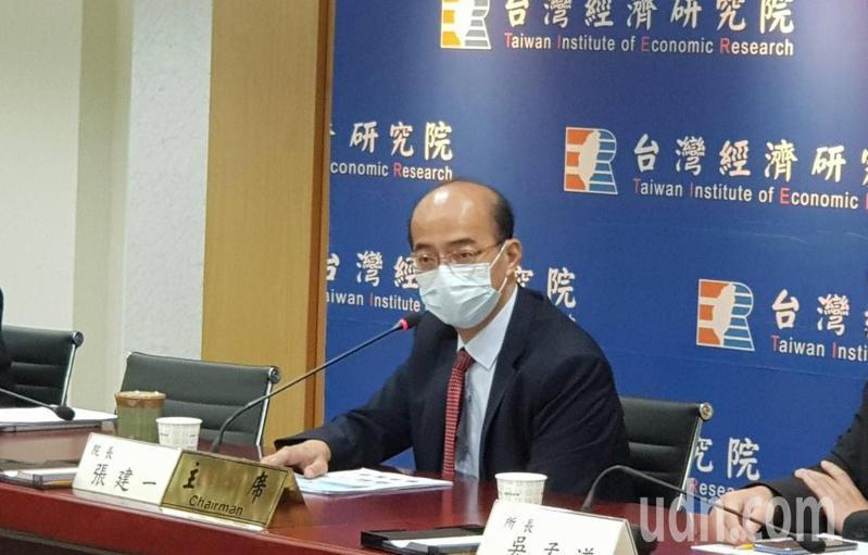 台經院院長張建一今表示,下半年有三大因素可望支撐國內經濟,台灣今年「保一」沒問題。記者戴瑞瑤/攝影