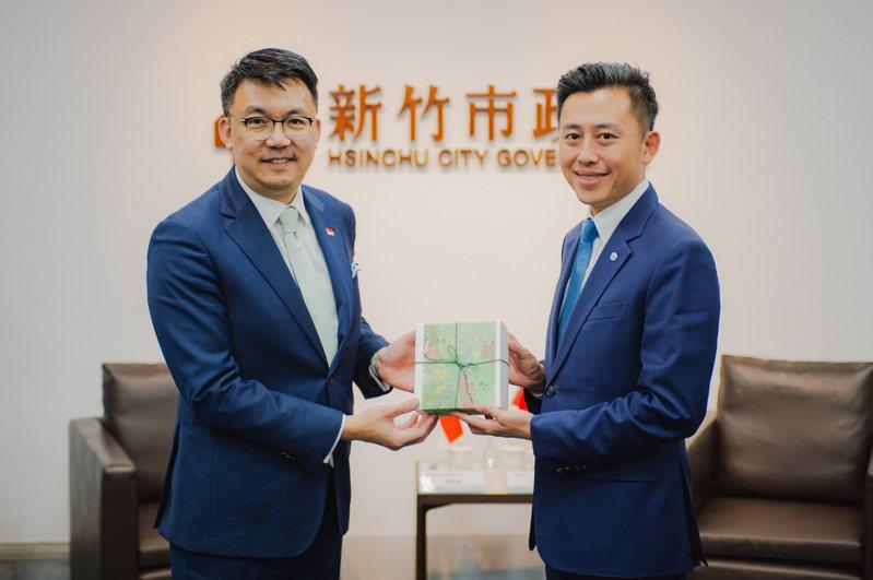 新加坡駐台北商務辦事處葉偉傑(Yip Wwi Kiat)代表今年2月來台履新,上週拜會新竹市長林智堅。圖/市府提供