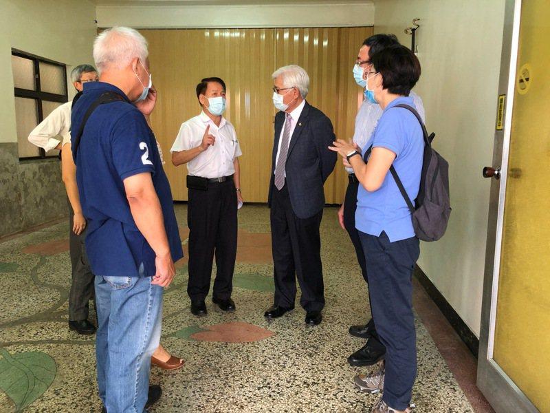 中選會主委李進勇(中)視察高雄市長韓國瑜罷免案投開票所。中選會提供